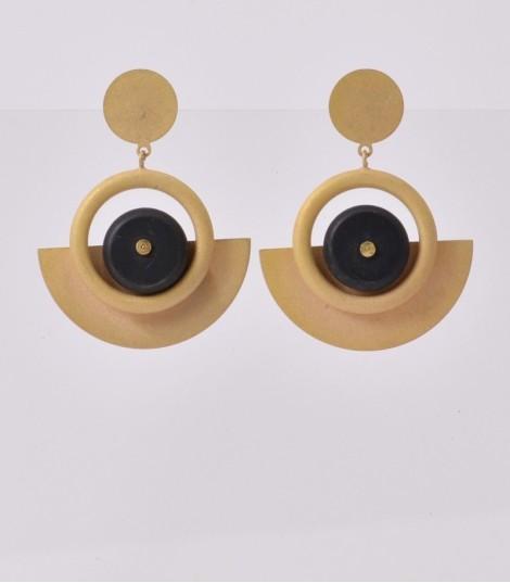- Boucles d'oreilles dorées ou argentées ou plaqué or